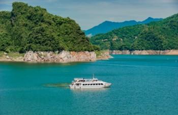 Du thuyền lòng hồ Hòa Bình
